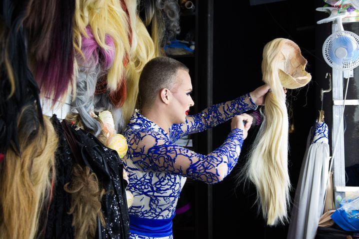 Ilja setzt sich eine blonde Perücke auf