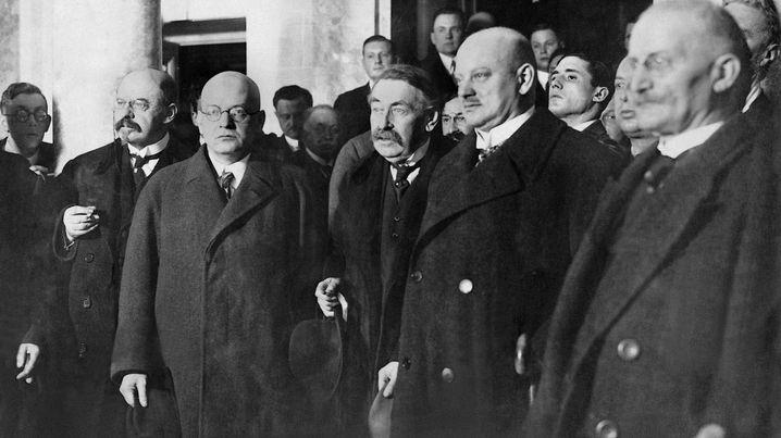 Video (2:29): Der Völkerbund Der Verständigungspolitik Gustav Stresemanns ist es zu verdanken, dass Deutschland 1926 einen Sitz im Völkerbund bekommt, dem Vorgänger-Gremium der Vereinten Nationen. Außenpolitisch ein Erfolg, sorgt dieser Schritt innenpolitisch für Turbulenzen.