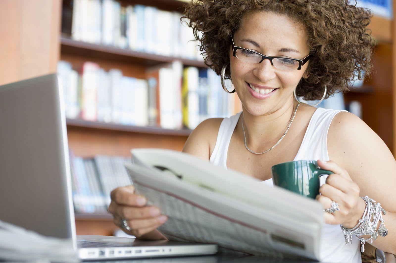 NICHT MEHR VERWENDEN! - Zeitung / Kaffee / Laptop / Frühstück