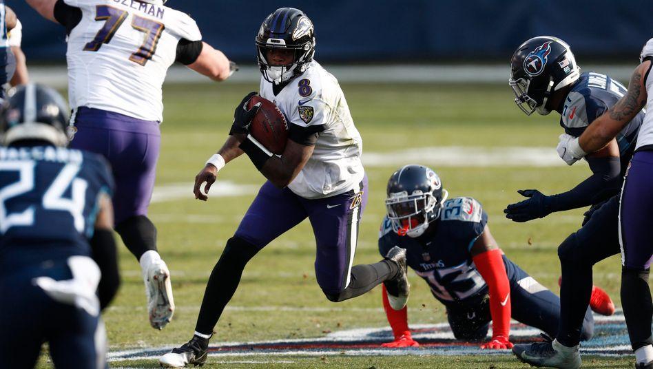 Lamar Jackson (mit Ball) lief den Tennessee Titans davon