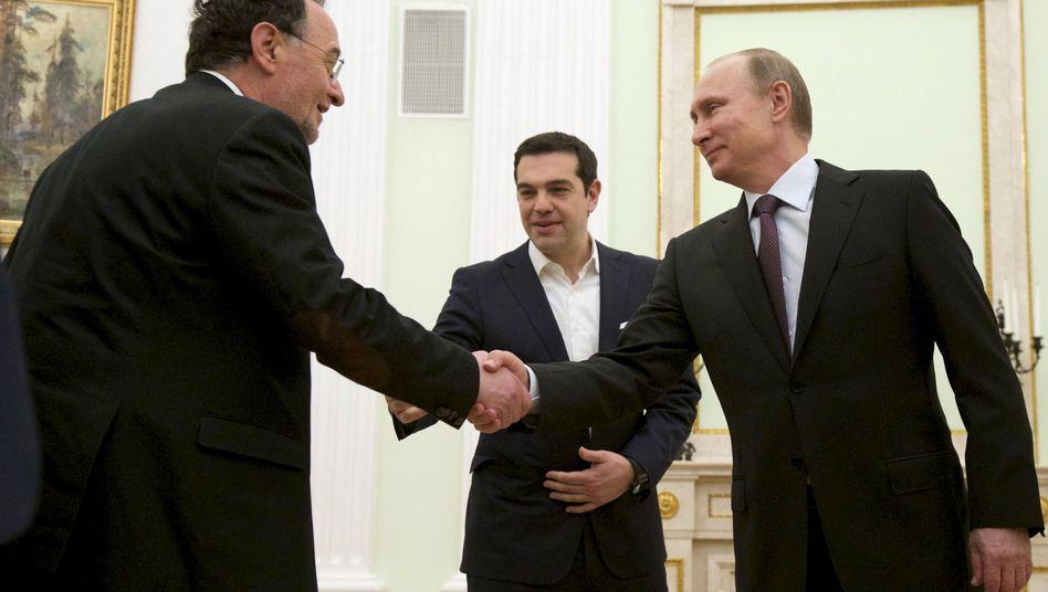 Handschlag zwischen Lafazanis, Tsipras und Putin (v.l.) am 8. April in Moskau: Kurzfristig Geld für die Staatskasse
