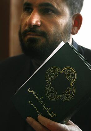 """Richter Ansarullah Maulavi Zadahält während des Prozesses gegen Abdul Rahman eine Bibel: """"Welchen Druck denn?"""""""