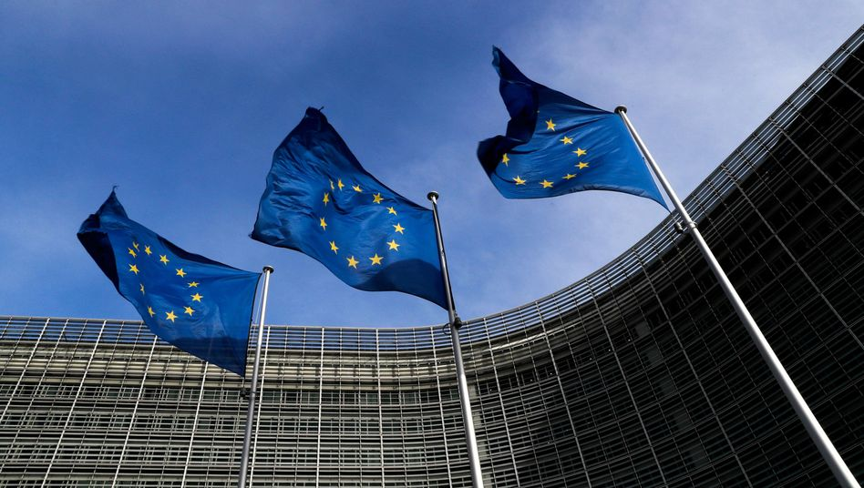 EU-Fahnen vor der Kommission in Brüssel