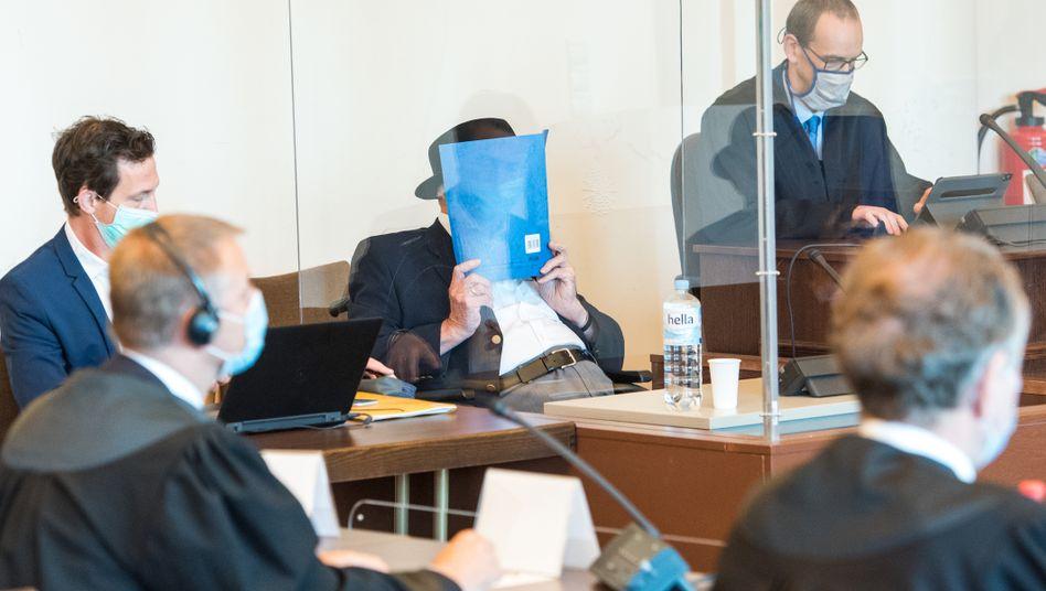 """Angeklagter Bruno D. (hinter blauer Kladde) bei der Urteilsverkündung: """"Sie haben das Sterben bewacht"""""""