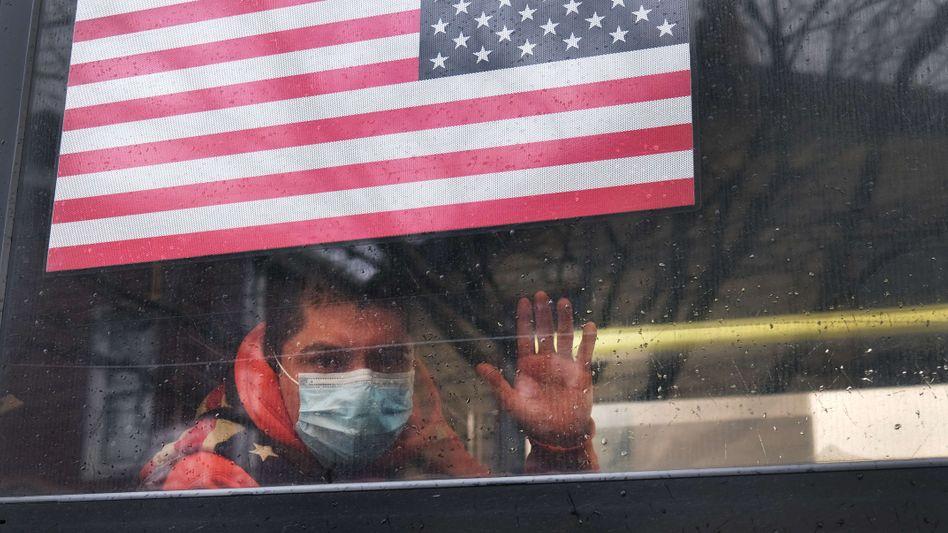 Buspassagier in New York am 3. April: Eine Weltmacht im freien Fall