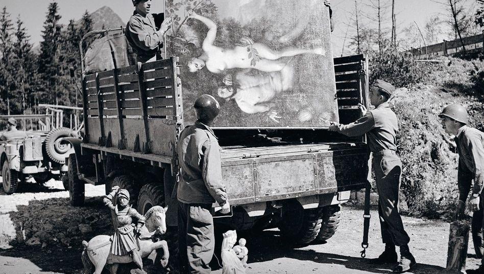 US-Soldaten befördern im Mai 1945 ein Gemälde von Frans Floris de Vriendt aus einem Versteck Hermann Görings