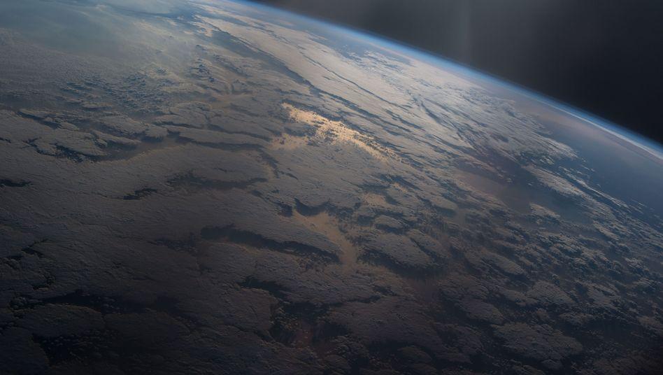 Wassermassen auf der Erde reflektieren das Sonnenlicht