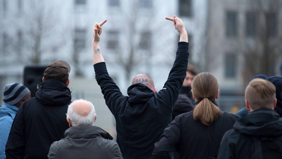 Rechtsextremisten bei einer Kundgebung