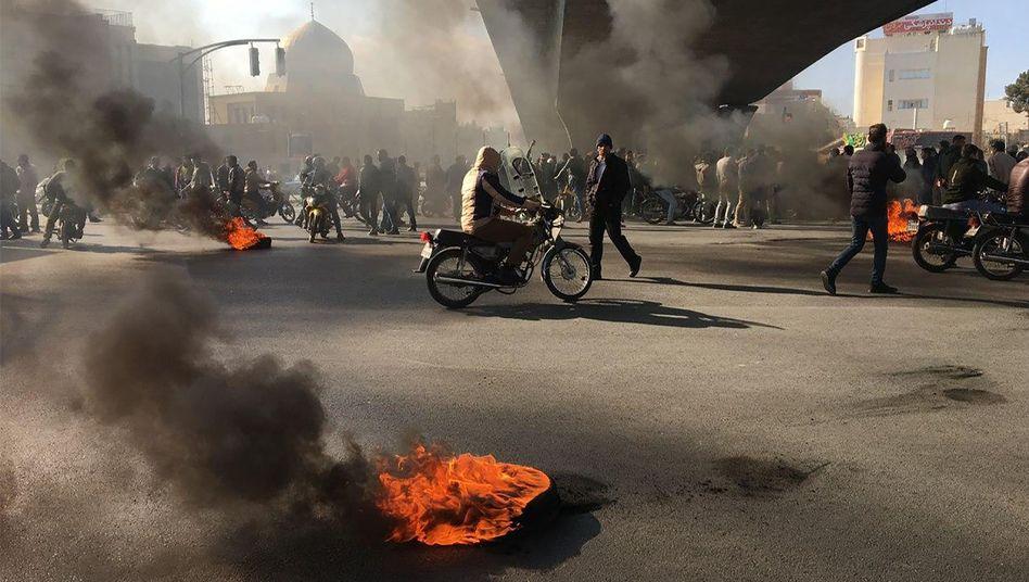 Brennende Reifen in Isfahan im Zentrum Irans: Das Land erlebt die schwersten Unruhen seit Jahren