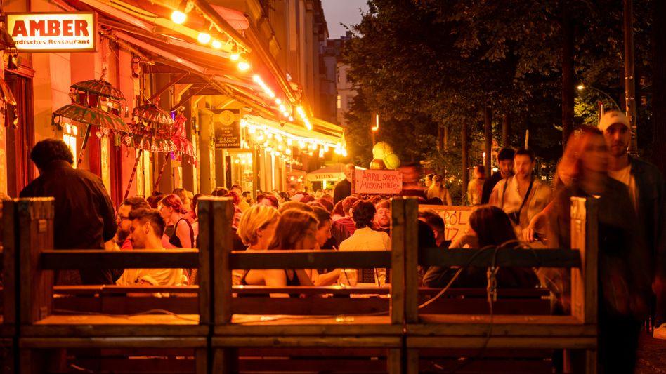 Sorglos wegen niedriger Inzidenzen: Menschen sitzen in Restaurants und Bars in Berlin