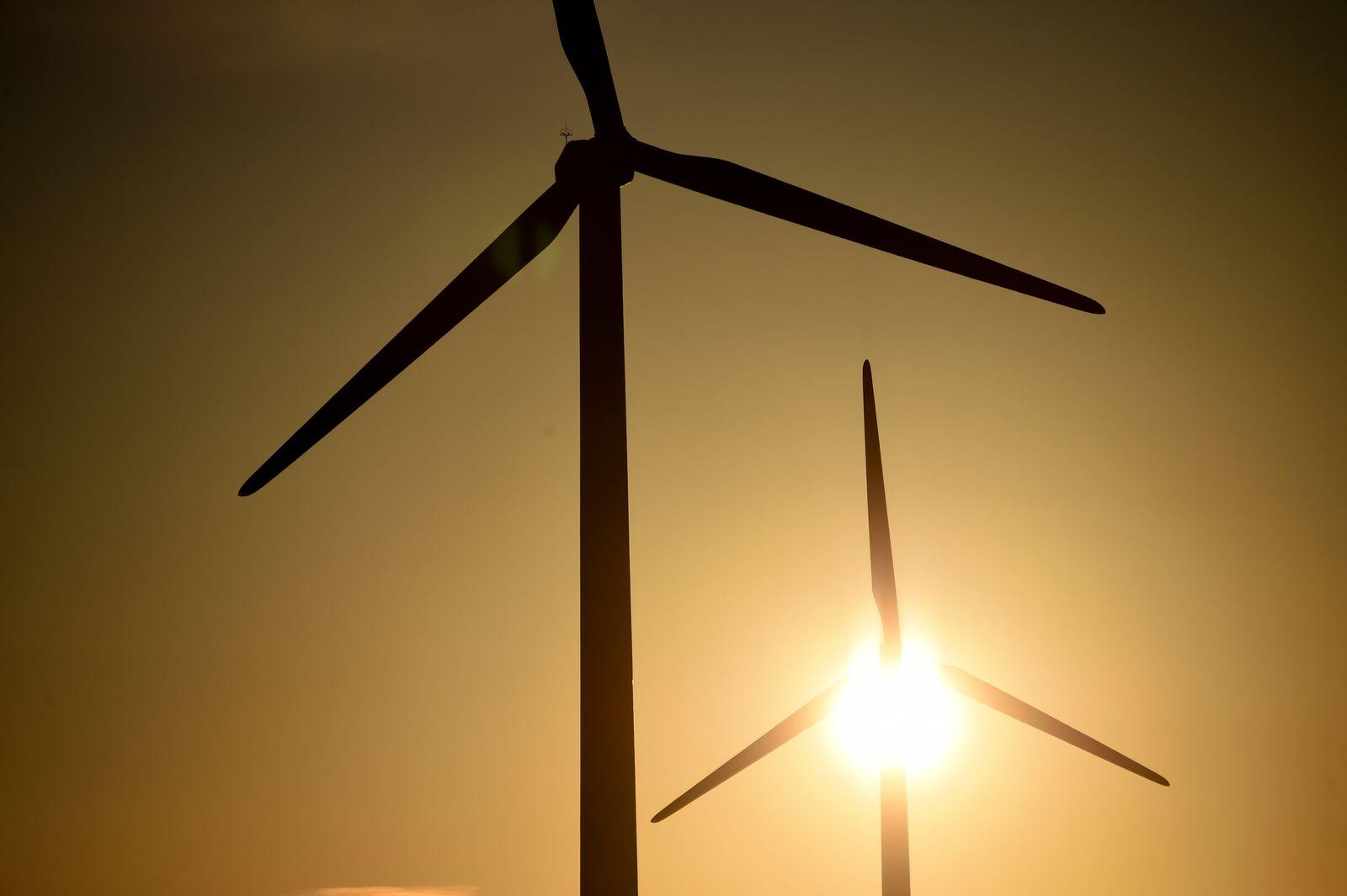 Sonne hinter Windrädern