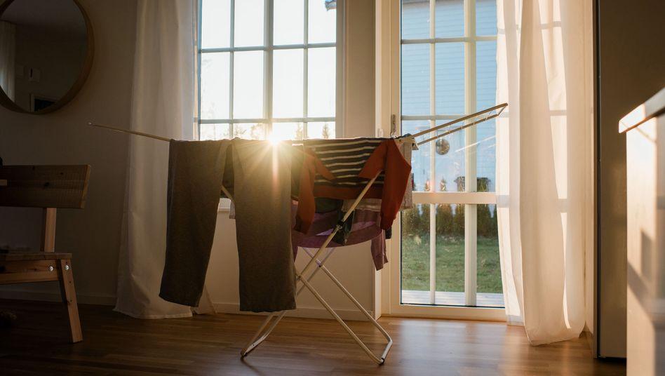 Wäsche auf dem Trockner: Kunstfasern können für eine hohe Belastung durch Mikroplastik sorgen