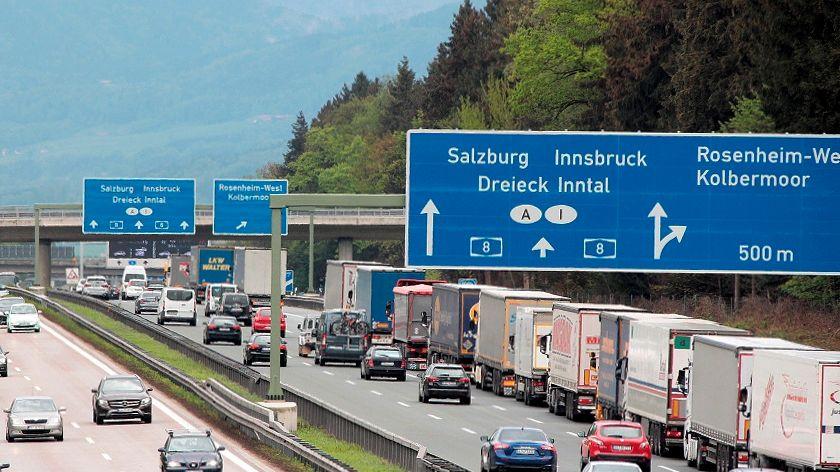 Lastwagen stauen sich auf der A8 bei Rosenheim