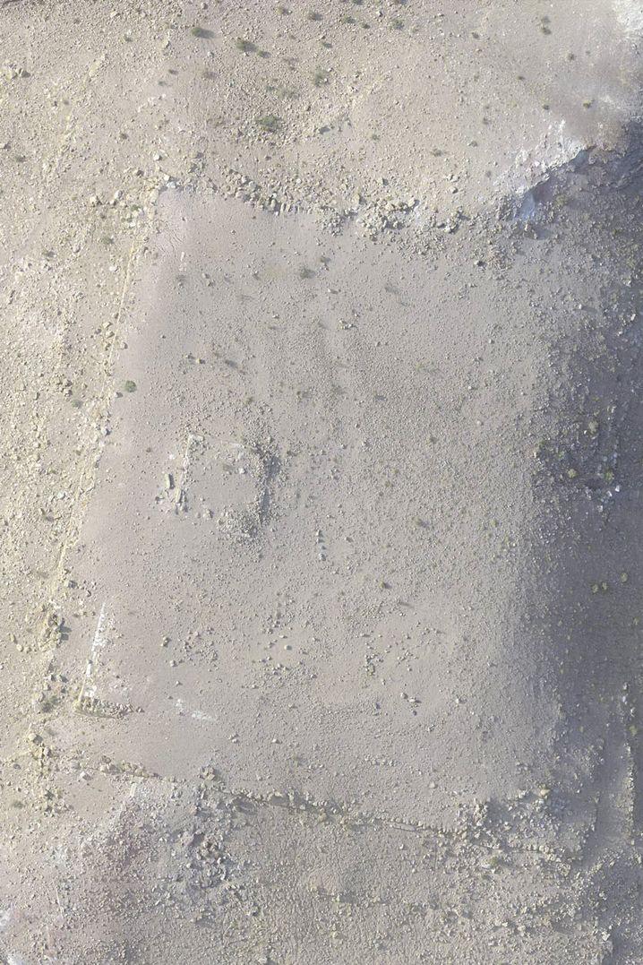 Die Plattform entdeckten die Forscher unter einer Sandschicht aus der Luft