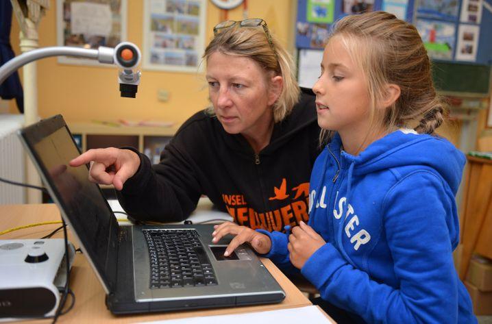 Eine Schülerin am Laptop (Symbolbild)