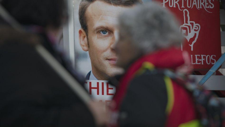 Plakat von Emmanuel Macron bei Protesten in Paris: Der Präsident muss jetzt liefern