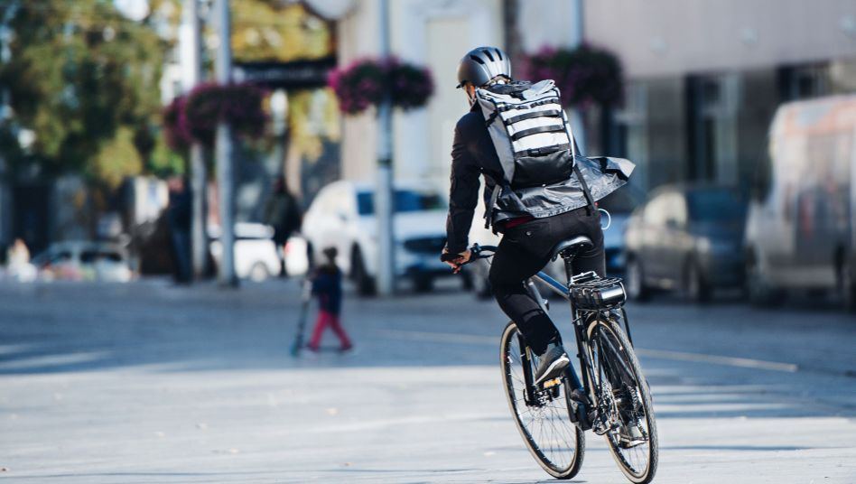 Fahrradkurier auf Elektrofahrrad (Symbolbild): Tuning ist das große Ding