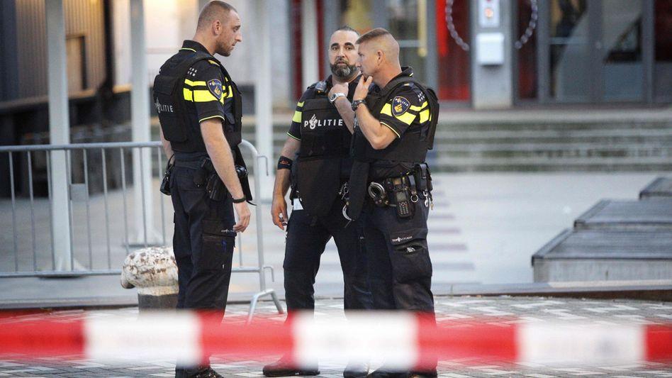 Polizisten nahe dem Konzertgebäude