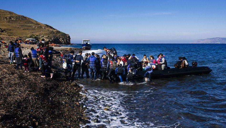 Flüchtlinge erreichen die griechische Insel Lesbos, nachdem sie aus der Türkei aufgebrochen sind