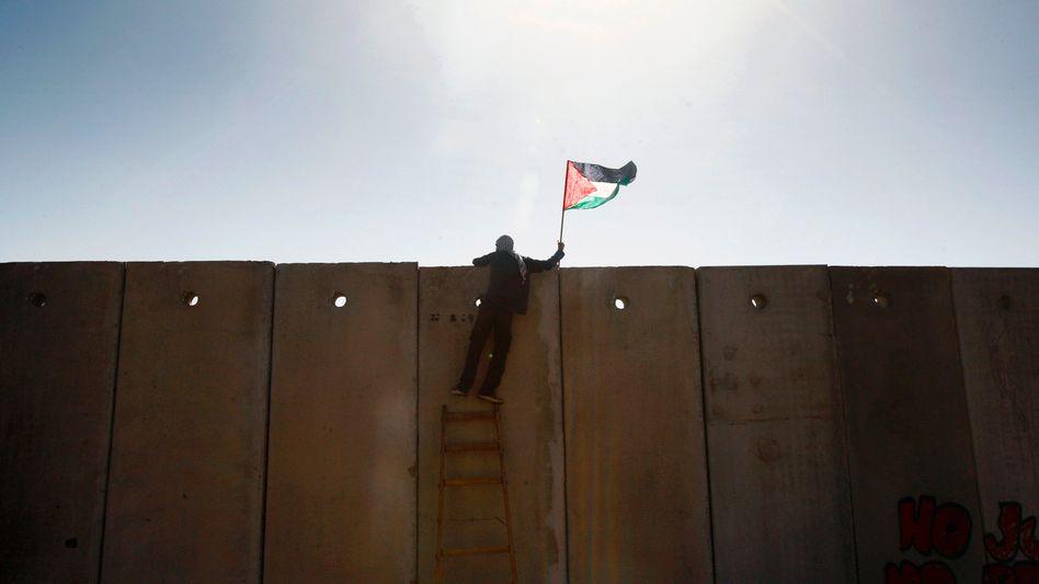 Palästinensischer Demonstrant an israelischer Sperranlage im Westjordanland