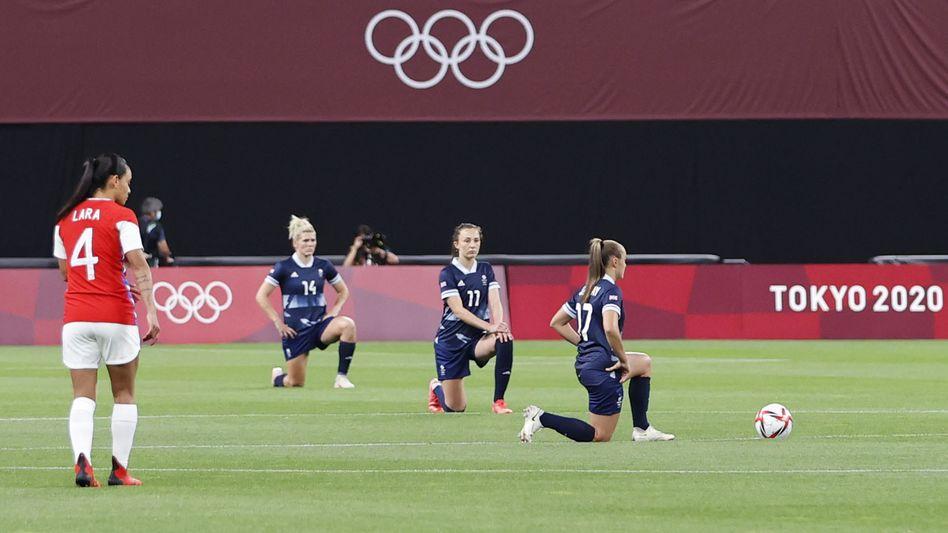 Spielerinnen des britischen Olympiaaufgebots knien vor ihrer Partie gegen Chile