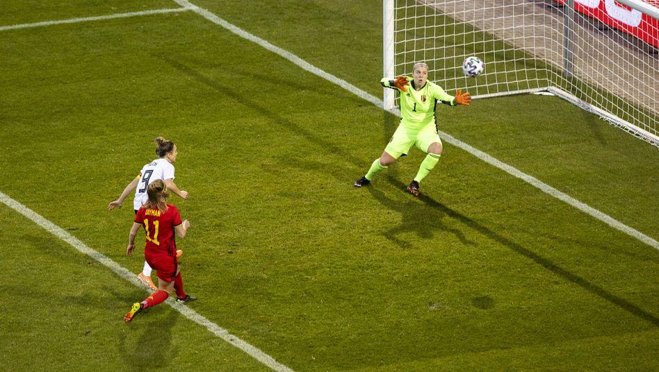 Svenja Huth schaut dem Ball beim Führungstor hinterher