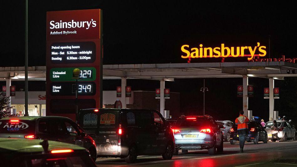 Autos stehen an einer Tankstelle in Ashford Schlange