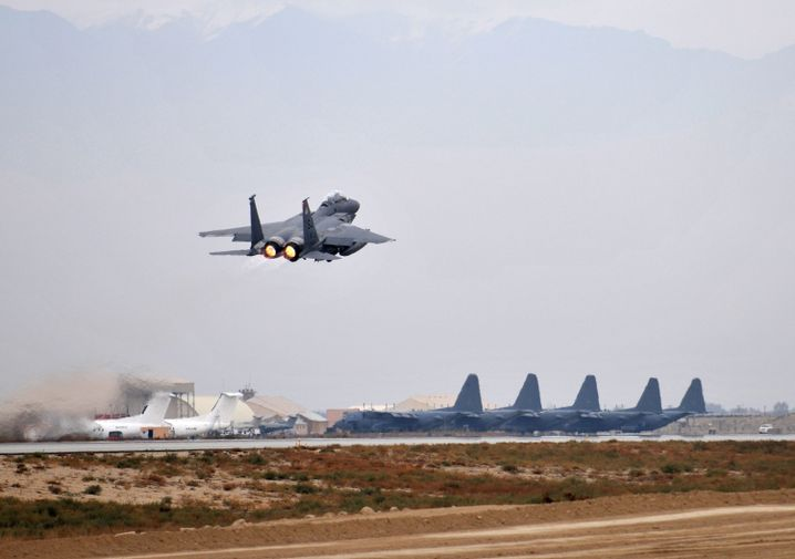 US-Kampfflugzeug über dem Bagram-Stützpunkt (Archivbild)
