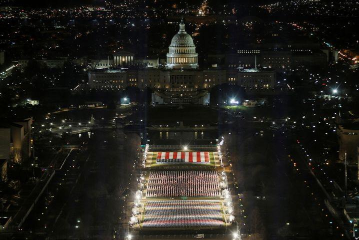 Beleuchtetes Flaggenmeer auf der »National Mall« zwischen Kapitol und Lincoln Memorial in Washington