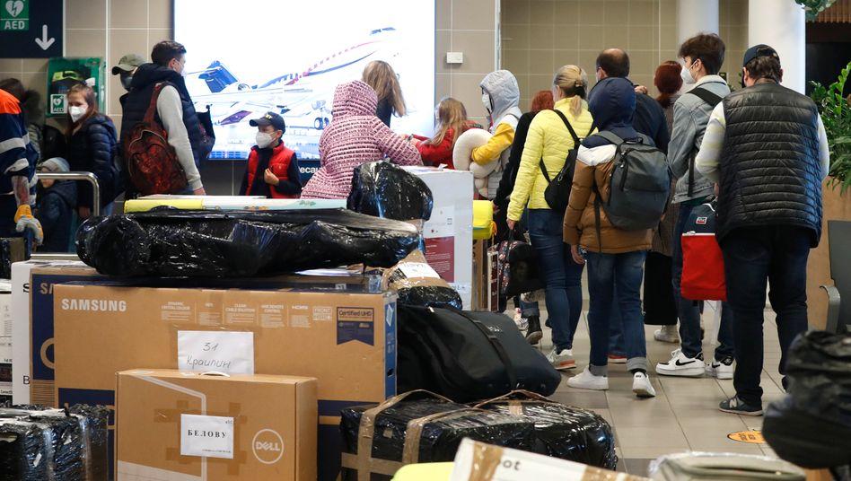 Flughafen Prag: Bereits am Montag wurden ausgewiesene russische Diplomaten und ihre Angehörigen per Sonderflug aus Tschechien ausgeflogen