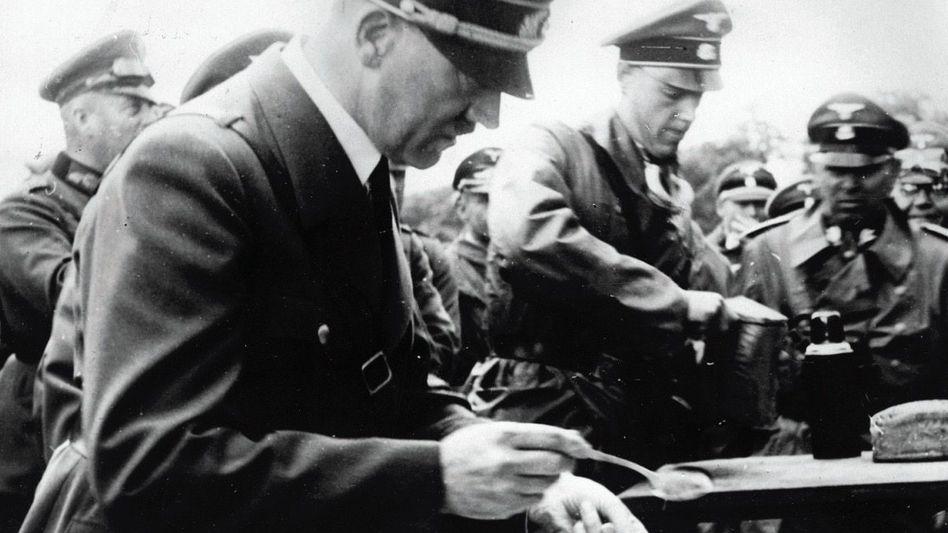 Diktator Hitler bei Besuch einer Feldküche 1941