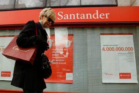 Frau an einer Filiale der Santander-Bank in Madrid (Archivbild)