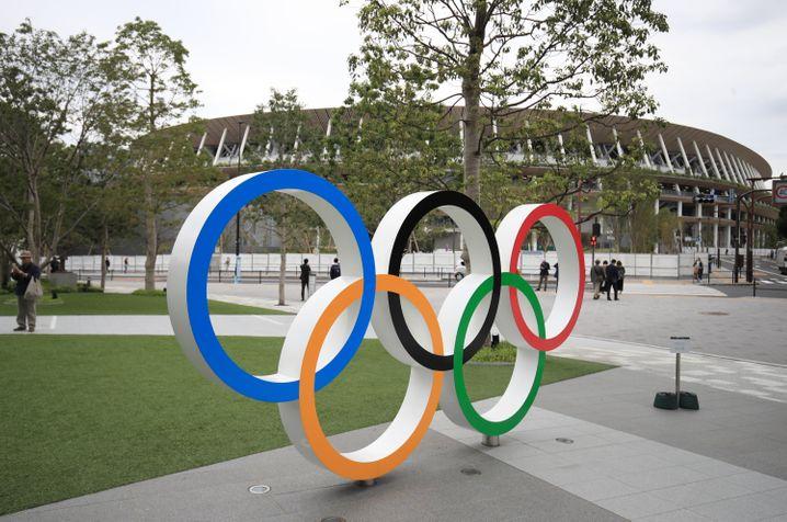 Die Olympischen Ringe vor dem Stadion in Tokio
