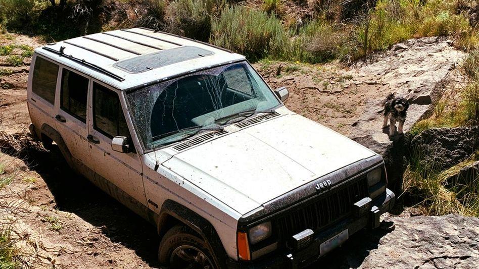Festgefahren: Der Jeep eines älteren Mannes blieb in einem Bachbett in Oregon stecken.