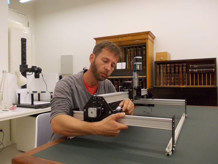 3D-Technik in Berlin: Ingenieur Jan Krumnow an einer Steuerungsanlage