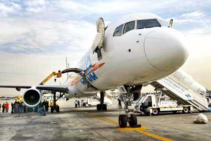 Israelische Sicherheitsleute, Luftfahrttechniker und Journalisten begutachten Schäden an der beschossenen Boeing