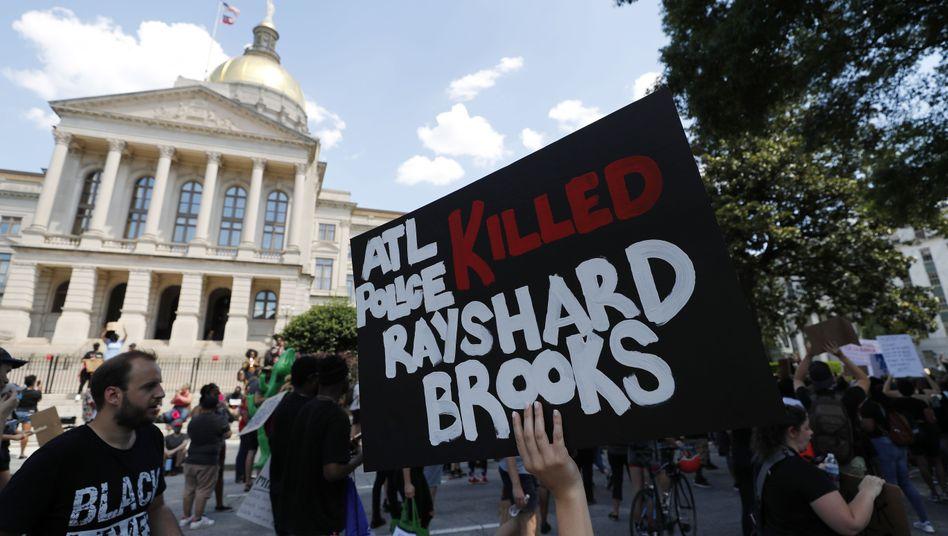 Protestierende vor dem Georgia Capitol nach dem tödlichem Polizeieinsatz in Atlanta