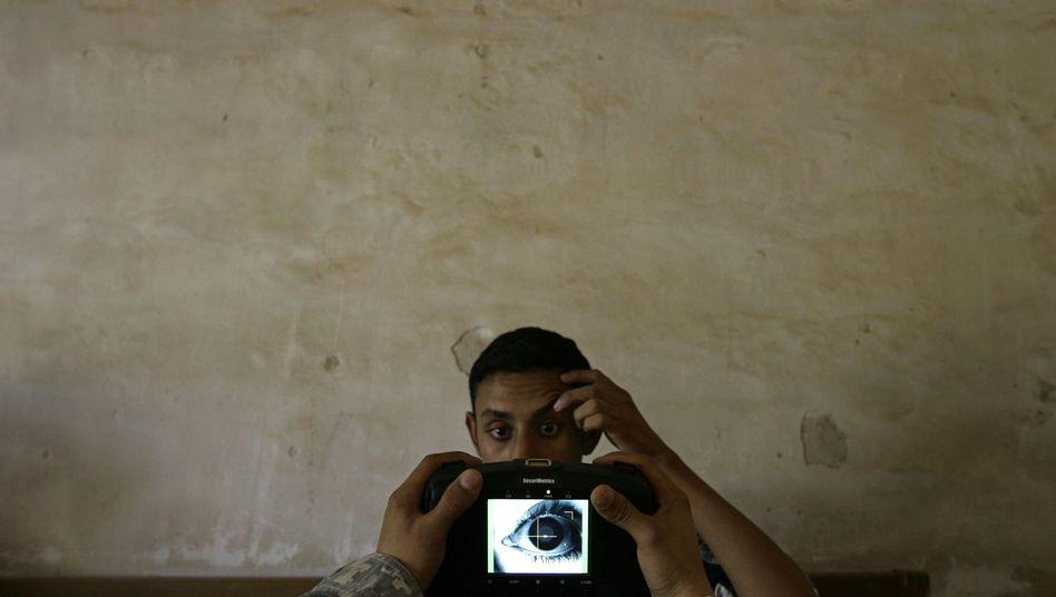 Iris-Scan eines Irakers durch US-Militär: Die Armee prüft den Biometrie-Einsatz