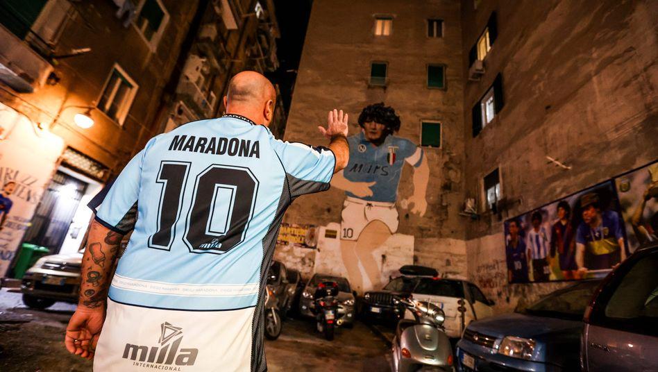 Ein Fan in Neapel nimmt Abschied