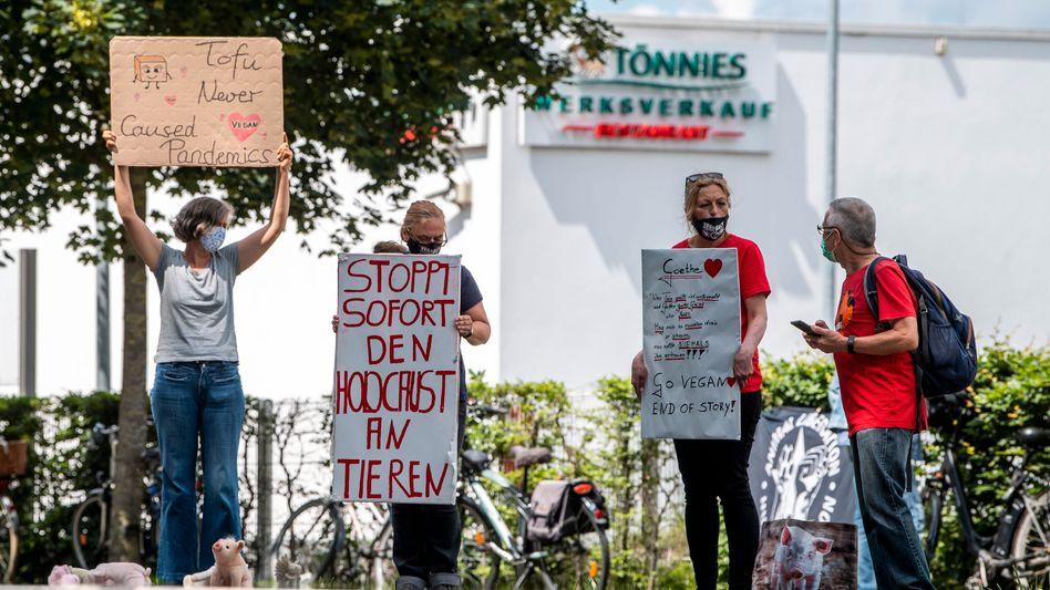 Tierschützer demonstrieren vor dem Betriebsgelände der Firma Tönnies in Rheda-Wiedenbrück