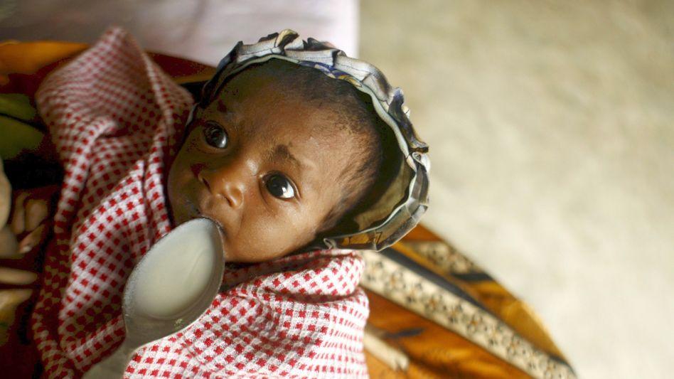 Mutter mit ihrem stark unterernährten Baby