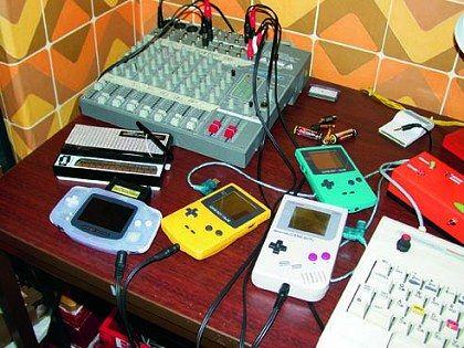 Gameboy spielen - wenn der Firestarter seine Handheldsammlung an sein Mischpult anschließt, werden die Spielzeuge zu Musikinstrumenten