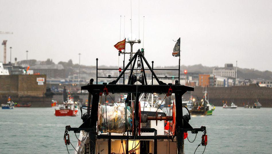 Französische Fischer vor dem Hafen vor Saint Helier auf der britischen Insel Jersey