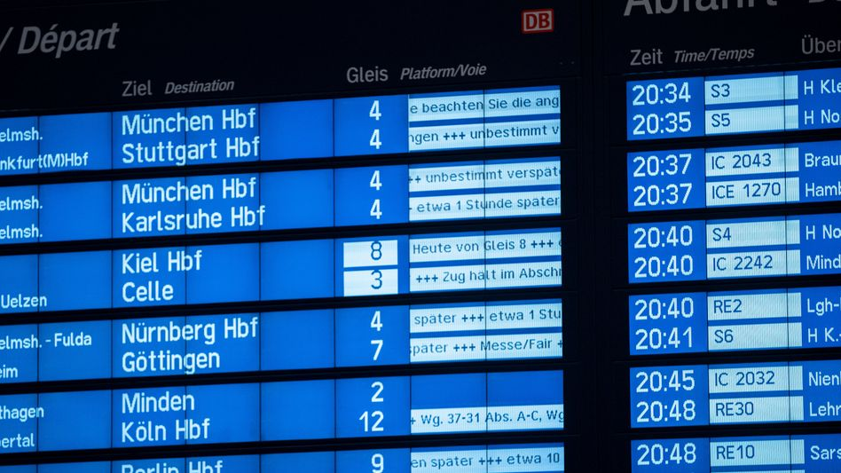 Anzeige im Bahnhof in Hannover: Wegen des Sturms sind zahlreiche Züge verspätet - oder ganz ausgefallen