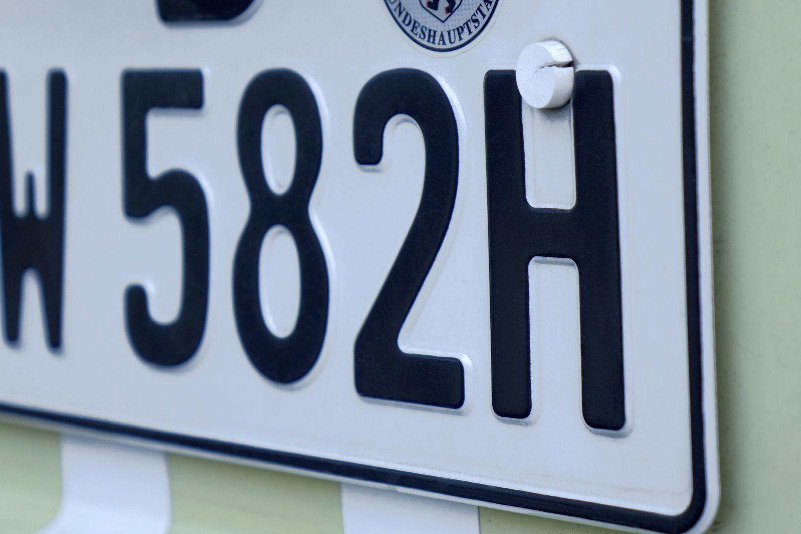 Autokennzeichen H Autokennzeichen H, 09.05.2020, Mitte, Berlin, An einem Oldtimer befindet sich ein Nummerschild mit H-K