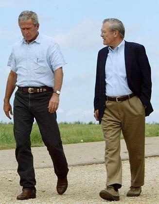 Rücktritt abgelehnt: Rumsfeld mit seinem Chef George W. Bush
