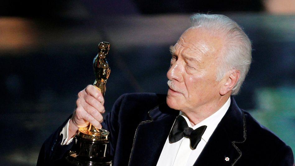Christopher Plummer mit dem Oscar für das Drama »Beginners«