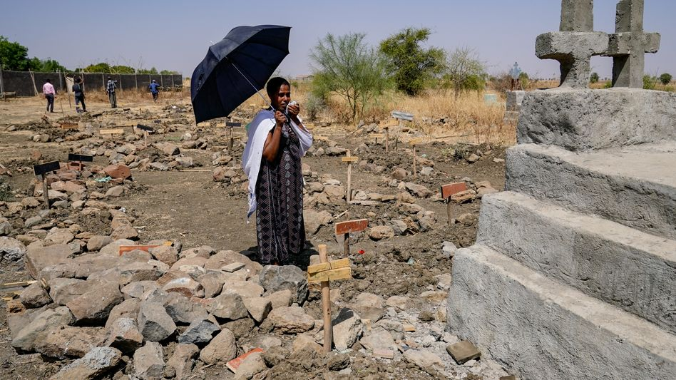 Eine Frau trauert am Grab ihrer Angehörigen: Zehntausende Menschen sind vor dem Konflikt geflohen
