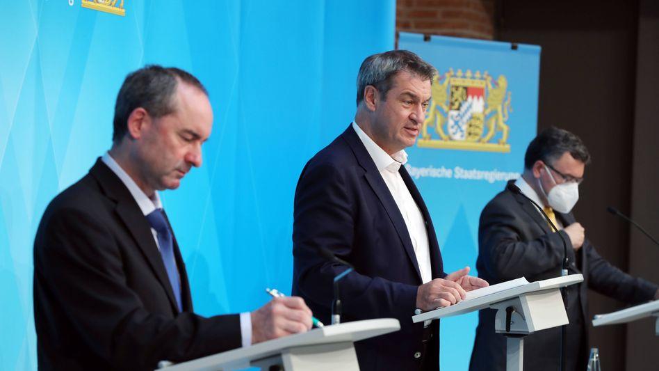 Bayerns Ministerpräsident Markus Söder bei einer Pressekonferenz mit seinem Stellvertreter Hubert Aiwanger (l.)