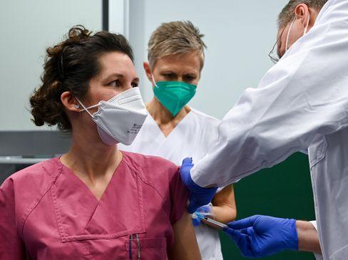 Im Universitätsklinikum Halle/Saale wird eine Oberärztin geimpft